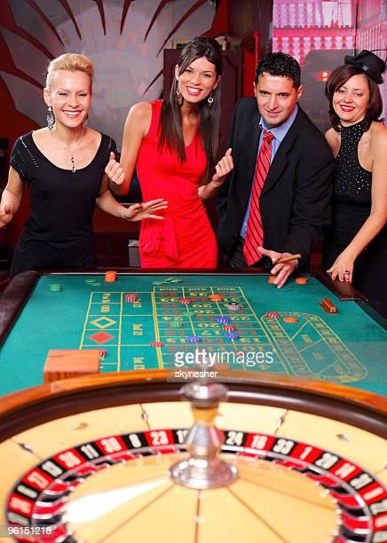 Groupe de joueurs de casino à la roulette.