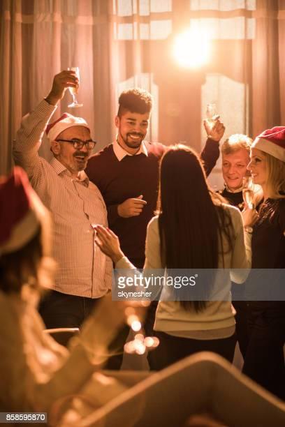 grupo de empresários alegre na festa de ano novo no escritório. - happy new month - fotografias e filmes do acervo