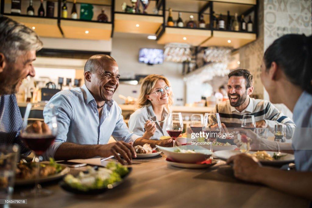 Gruppe von fröhlichen Geschäftsleute, die Spaß auf ein Mittagessen. : Stock-Foto