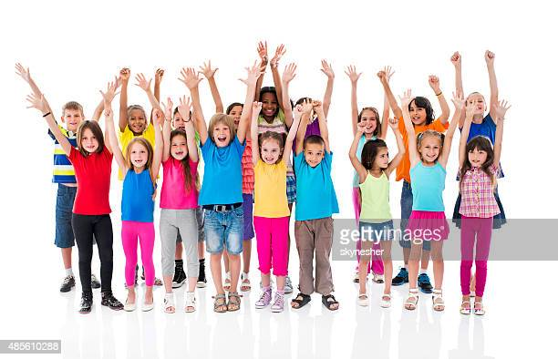 Allegro gruppo di bambini con le mani sollevate guarda alla macchina fotografica.