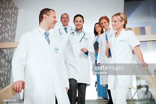 Gruppe von fröhlich Arzt auf der Treppe