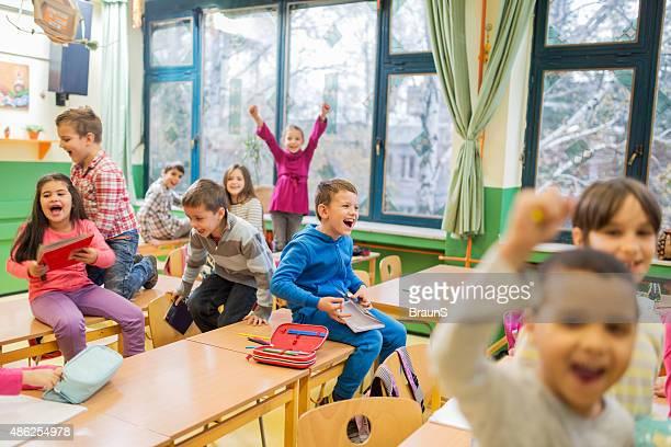 Gruppe von fröhlich elementaren Schülern Spaß während einer Pause.