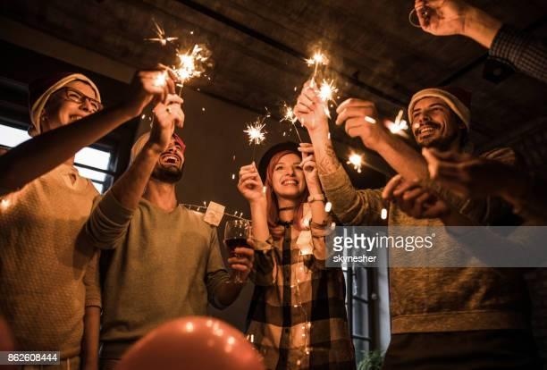 Groep van vrolijke vrienden plezier op nieuwjaarsfeest.