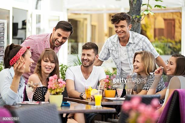 Grupo de amigos alegres no Café Esplanada