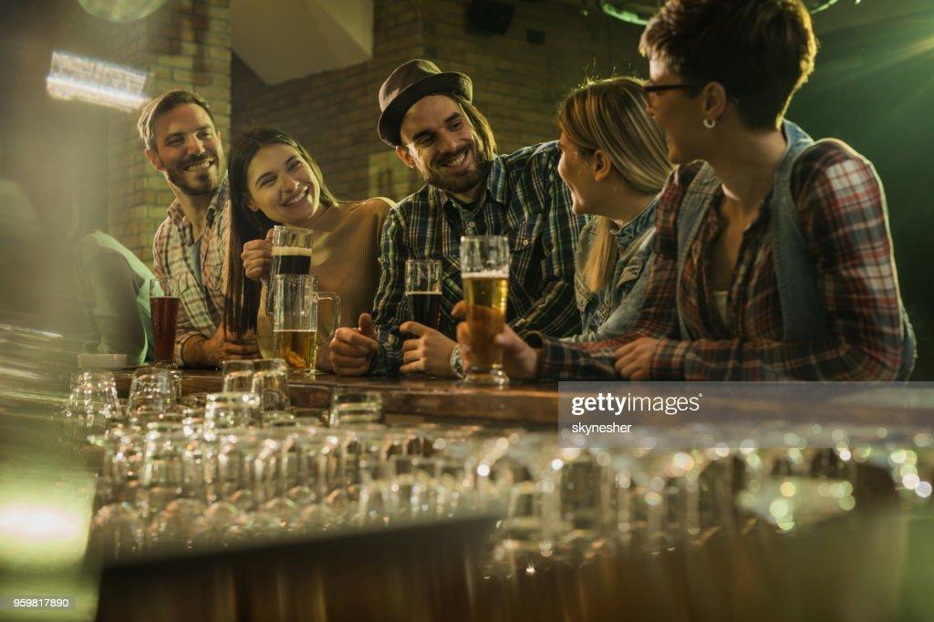 Gruppe von fröhlichen Freunden sprechen und genießen Sie in einer Bar. : Stock-Foto