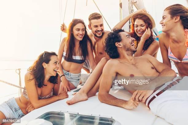 Gruppe von fröhlichen Freunden auf einer Yacht Reisen