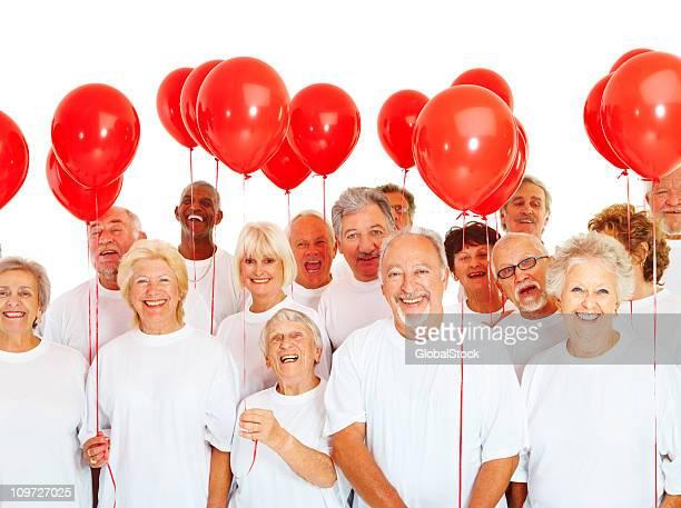 グループの高齢者市民に風船陽気 - 気が若い ストックフォトと画像
