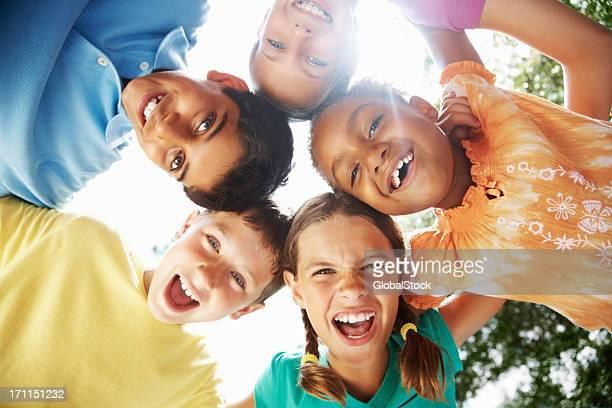 Alegres jovens amigos se divertir contra Céu