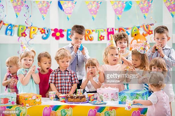 お子様のグループのお祝いや歌のバースデーパーティーのようである。
