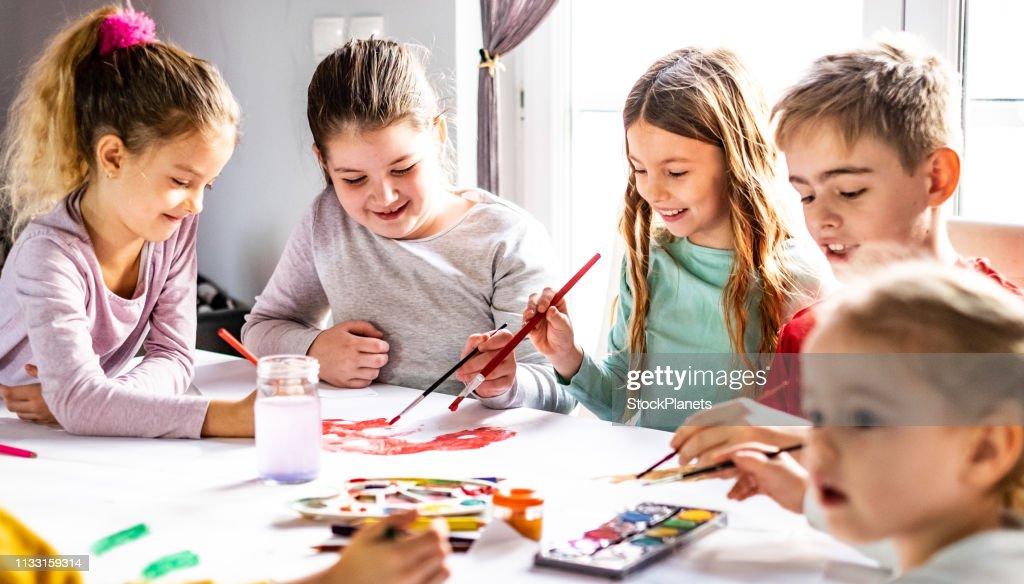 Gruppe von Kindern, die sich zusammenschließen : Stock-Foto