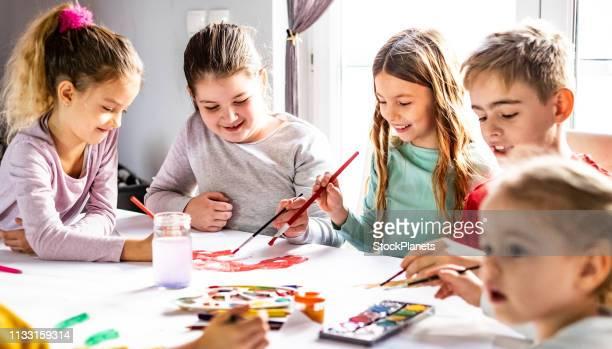 gruppe von kindern, die sich zusammenschließen - malen stock-fotos und bilder