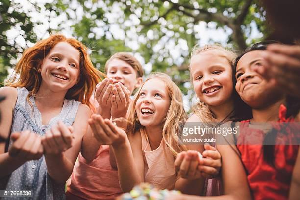 Eine Gruppe von Kindern Spaß haben auf einer Partei in Park