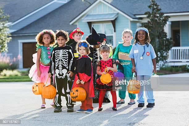 Gruppe Kinder in halloween-Kostümen in front of house