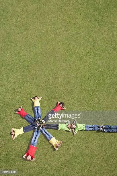 grupo de crianças de colocar na grama em formação - parte inferior - fotografias e filmes do acervo