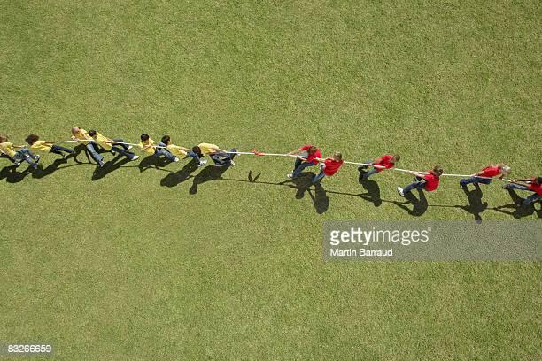 グループの遊びのお子様には、綱引き