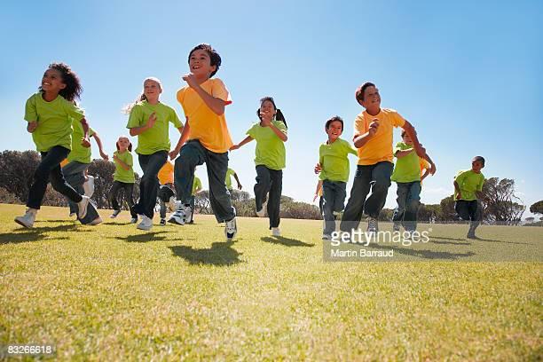 Gruppe von Kindern im park laufen