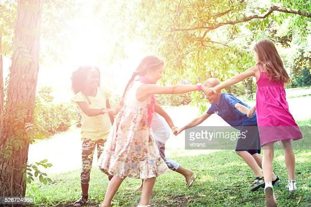 Eine Gruppe von Kinder Laufen im park