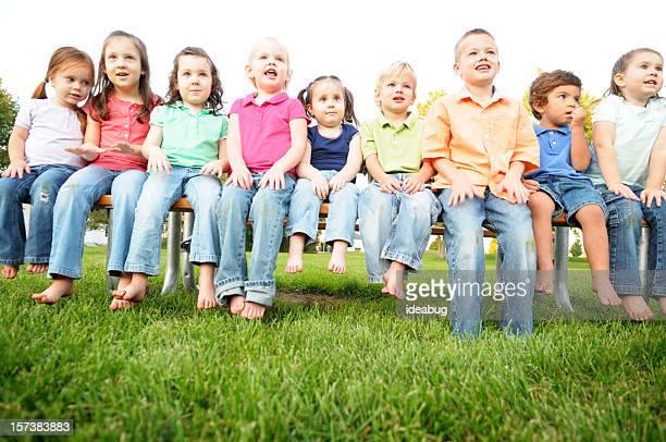 grupo de crianças, sentado em uma mesa de piquenique ao ar livre - idade variada - fotografias e filmes do acervo