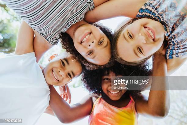 grupo de niños sonriendo y mirando la diversidad de la cámara - sólo niños niño fotografías e imágenes de stock