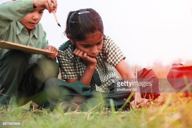 Grupo de los niños estudian concepto al aire libre