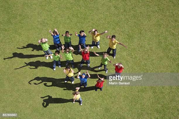 お子様のグループを振る - 手を振る ストックフォトと画像