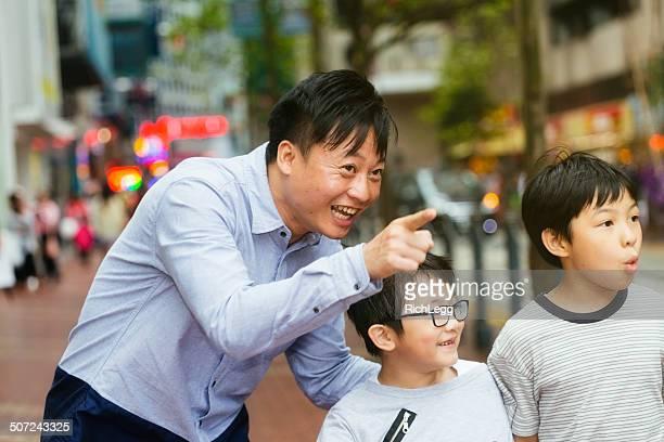 Gruppe von Kinder mit Erwachsenen