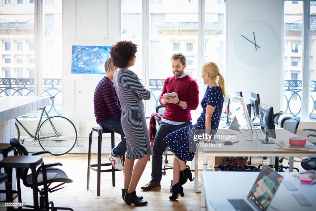 Group of colleagues having an informal meeting : Stock Photo