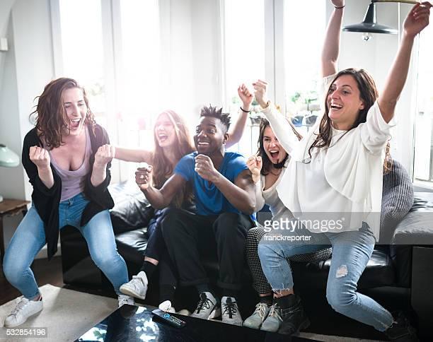 Étudiants groupe de bonheur sur le canapé-lit