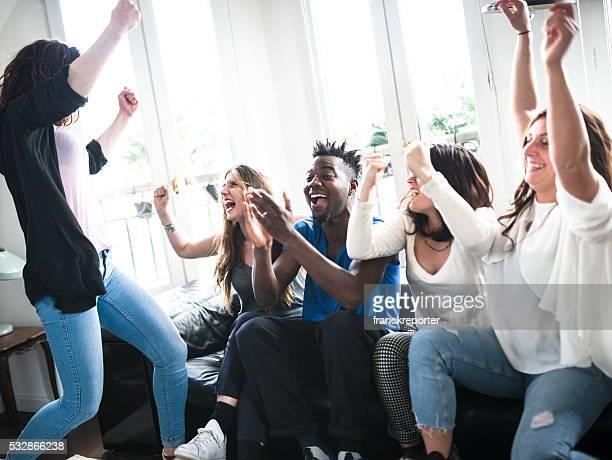 grupo de estudantes universitários felicidade no sofá - evento esportivo - fotografias e filmes do acervo