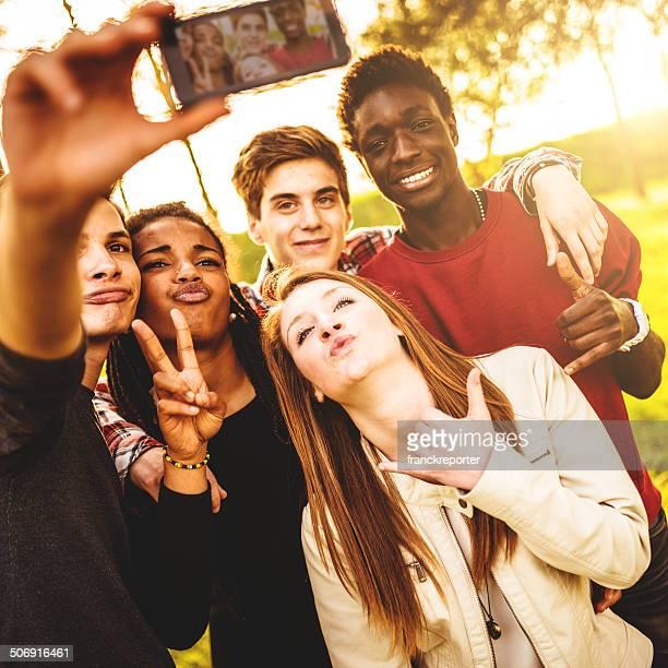 Gruppo di college studente ridere e facendo un selfie