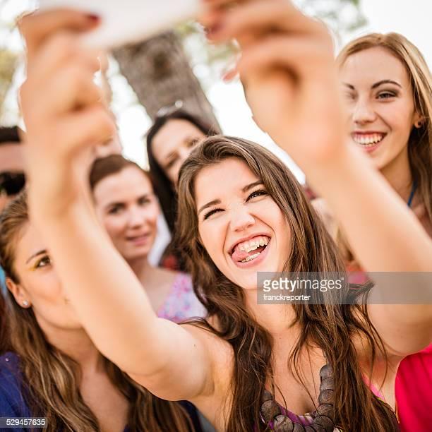 Groupe du Collège étudiants de rire et de faire la chass'aux selfies