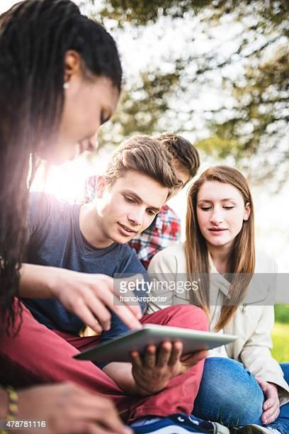 Groupe d'étudiants de l'université étudient ensemble et rire