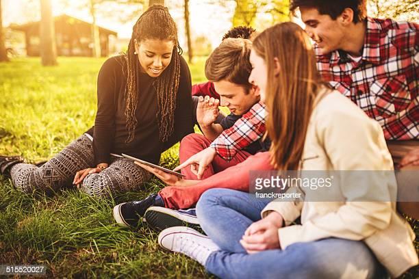 Gruppo di college studente ridere e studiando insieme