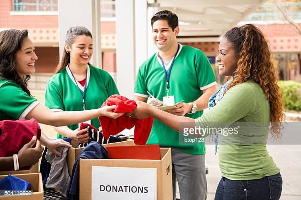 グループの大学の学生服ボランティア寄付を収集します。チャリティーます。 - 危機管理 ストックフォトと画像