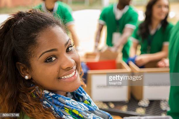 Gruppe der student freiwillige Kleidung Spenden sammeln. Nächstenliebe.