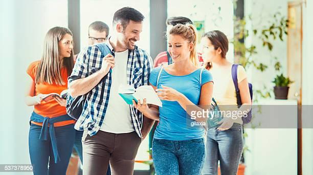 Gruppo di studenti universitari in un corridoio.