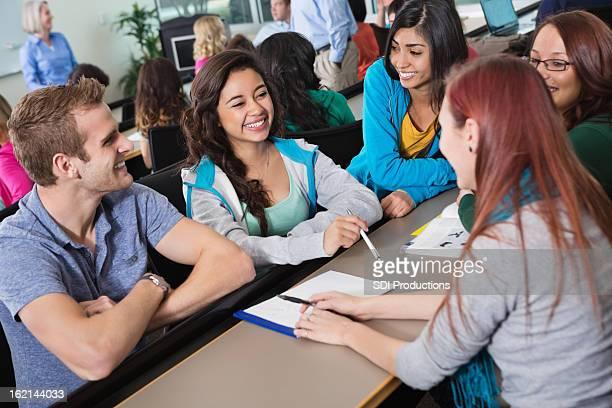 Grupo de la Universidad los estudiantes trabajando en clase de asignación juntos