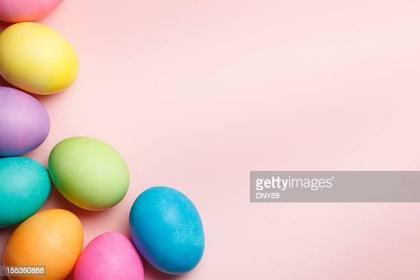 Gruppe von bunte Ostern Eier auf Rosa Hintergrund