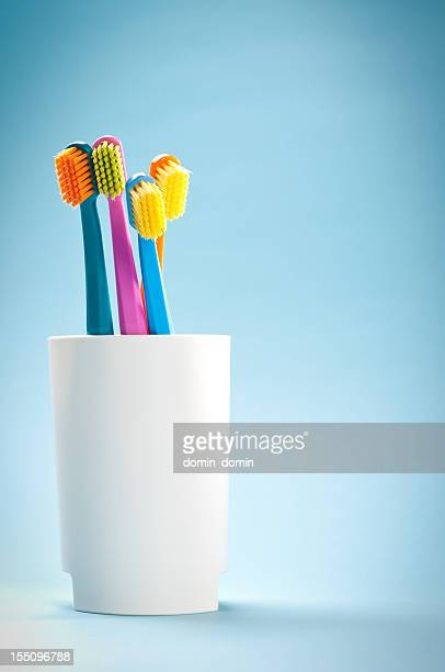 Groupe de couleurs douces de blanc, brosses à dents Tasse bleue