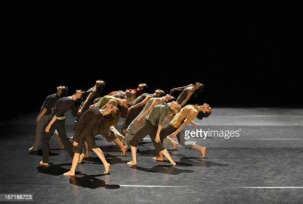 group of contemporary dancers performing on stage - uitvoerende kunst voorstelling stockfoto's en -beelden