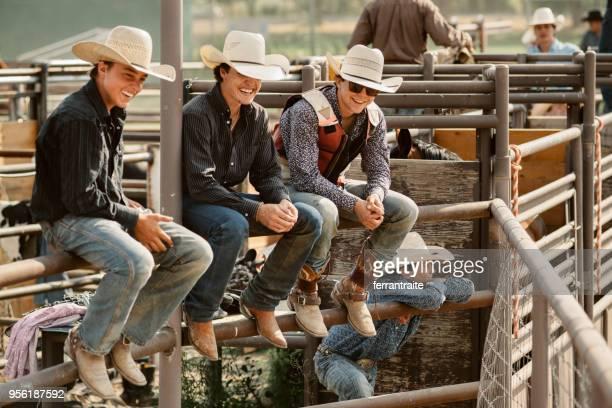 grupo de cowboys saindo - estadio de los cowboys - fotografias e filmes do acervo