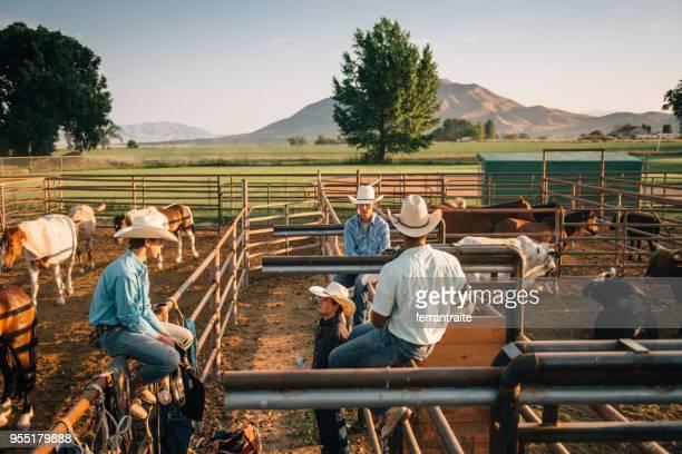 grupo de cowboys, fazendo os preparativos por arena de rodeio - estadio de los cowboys - fotografias e filmes do acervo
