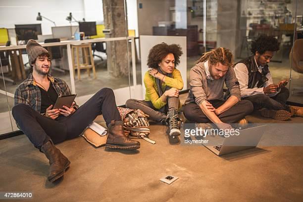 Grupo de creativos utilizando la tecnología inalámbrica en la oficina