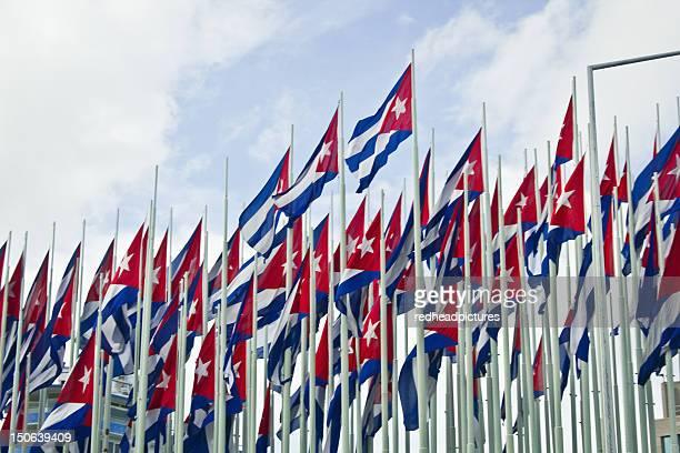 grupo de banderas cubano contra el cielo azul - bandera cubana fotografías e imágenes de stock