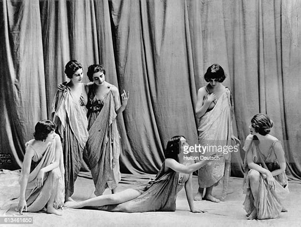 A group of dancers perform in the style of Isadora Duncan Isadora Duncan rebelled against the more rigid ballet style of dancing and moved towards a...