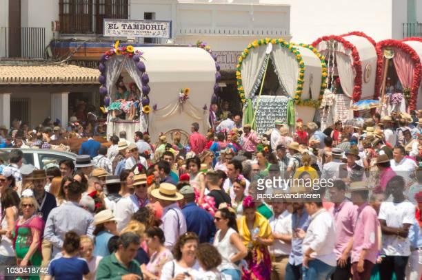 grupo de carros decorados durante la procesión en el rocio, españa. - peregrino fotografías e imágenes de stock