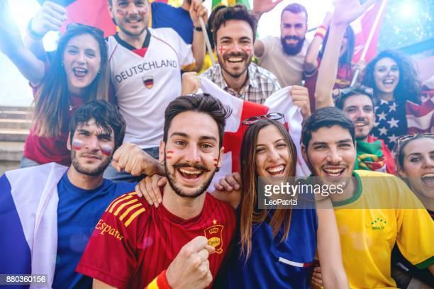 groeperen van verschillende team fans in het stadion tijdens een voetbalcompetitie - football in spain stockfoto's en -beelden