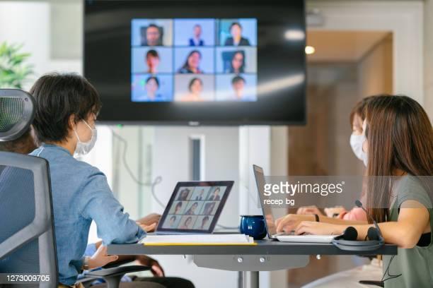 ビデオ電話会議を通じてグローバルビジネスミーティングを行う多様なビジネス・ピープルのグループ - コンセプト ニューノーマル ストックフォトと画像