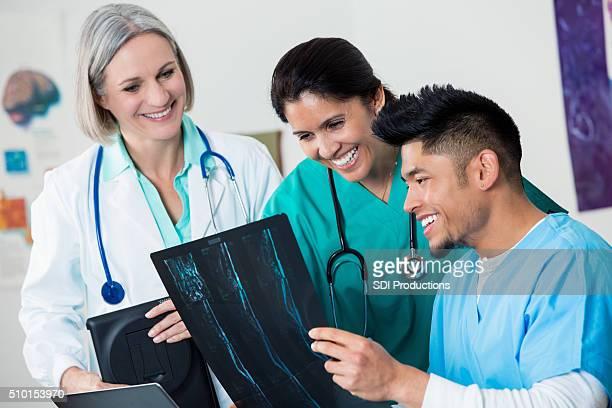 Ärzte diskutieren eine Gruppe von x-ray Ergebnisse