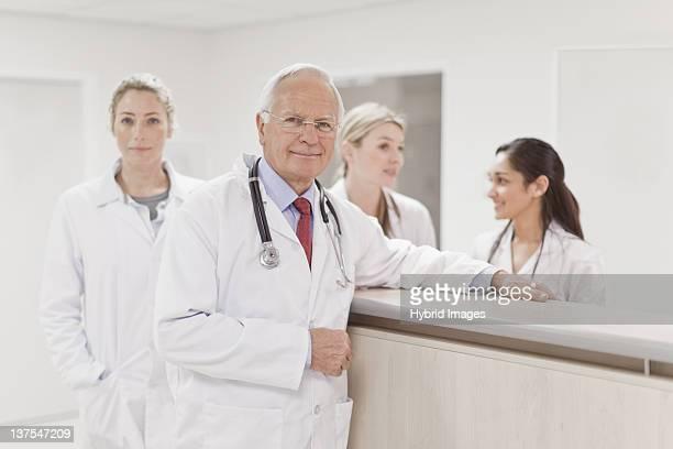 グループの医師、病院